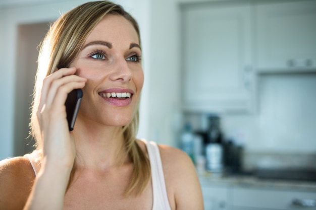 Mooie blonde vrouw aan de telefoon Premium Foto