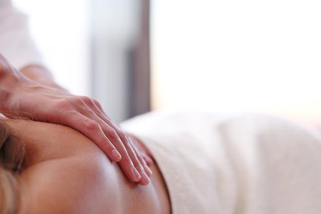Mooie blonde vrouw die een massage ontvangt Gratis Foto