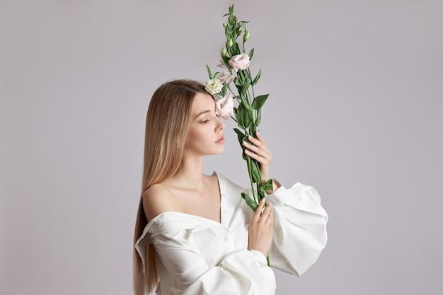 Mooie blonde vrouw in een wit overhemd Premium Foto