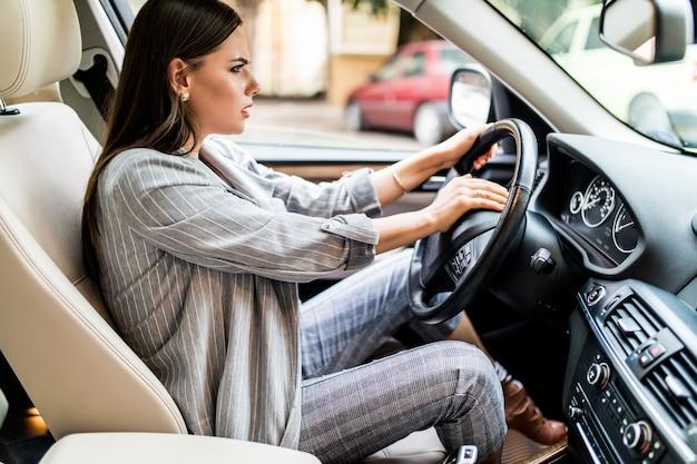 Mooie blonde vrouw piep in de auto in paniek met gesloten ogen tijdens het rijden op hoge snelheid. Gratis Foto