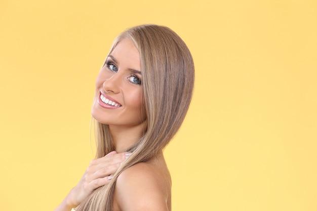 Mooie blonde vrouw Gratis Foto