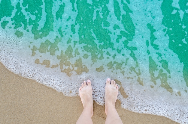 Mooie blote voeten op het strand Premium Foto