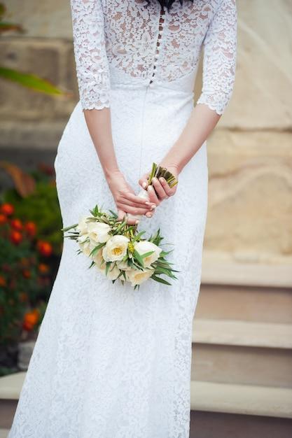 Mooie boeketten bloemen klaar voor de grote huwelijksceremonie Premium Foto