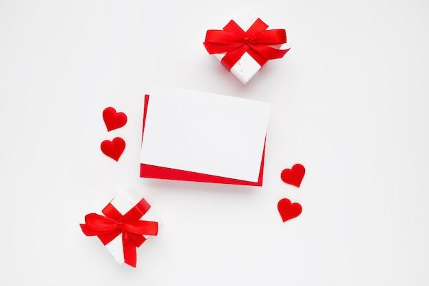 Mooie bovenaanzicht van lege wenskaart voor valentijnsdag op wit Gratis Foto