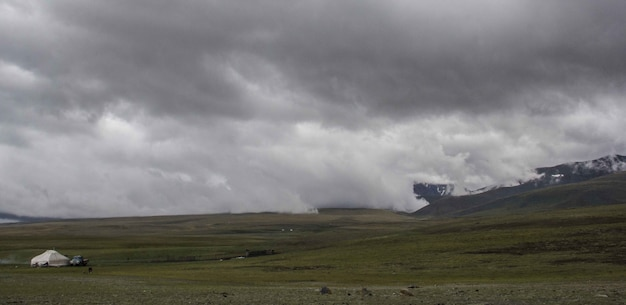 Mooie brede opname van mistige laaglanden onder een grijze sombere hemel Gratis Foto