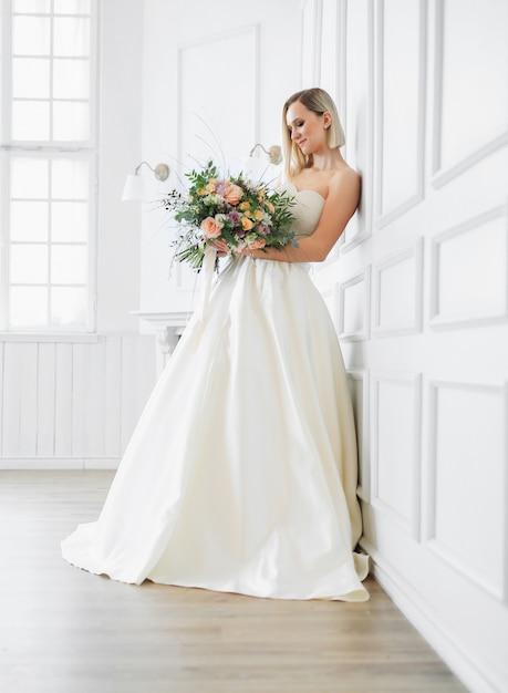 Mooie bruid in een trouwjurk Gratis Foto