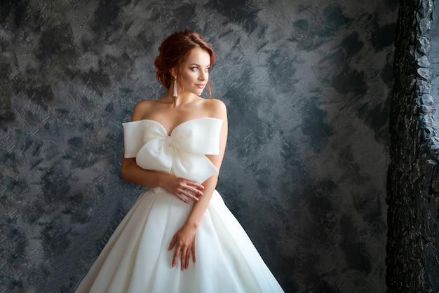 Mooie bruid in trouwjurk, mooie make-up en styling Premium Foto