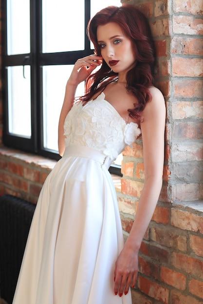 Mooie bruid in witte trouwjurk Gratis Foto
