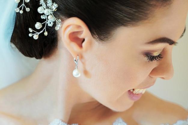 Mooie bruid met mode huwelijkskapsel. close-upportret van jonge schitterende bruid. close-upportret van jonge bruid. Premium Foto