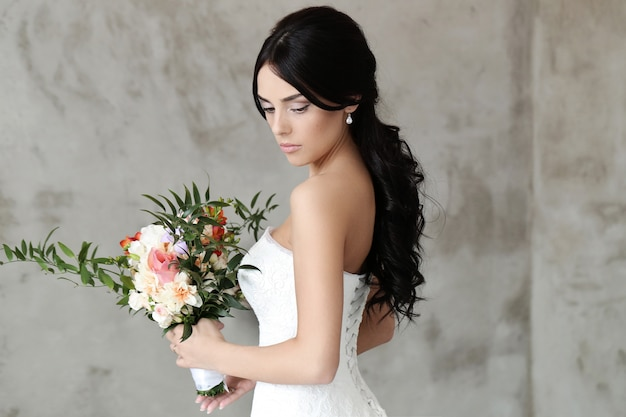 Mooie bruid met witte jurk Gratis Foto