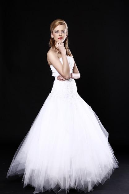 Mooie bruid over zwarte muur Gratis Foto