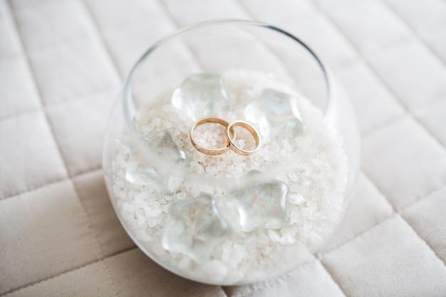 Mooie bruid trouwringen zijn in een glazen beker Gratis Foto
