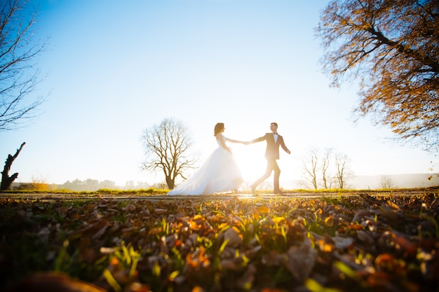 Mooie bruidspaar in zonsondergang Premium Foto