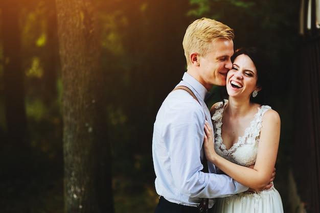 Mooie bruidspaar poseren in een bos Gratis Foto