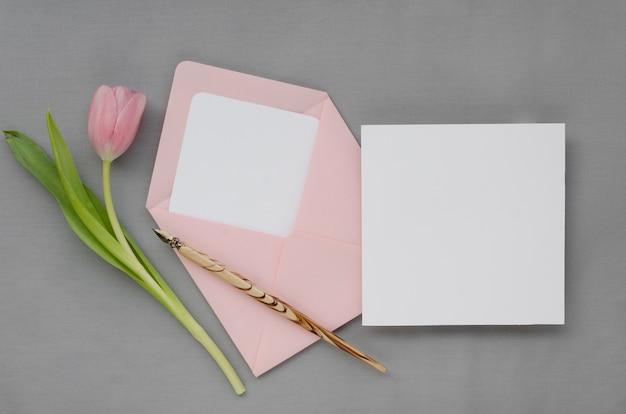 Mooie bruiloft envelop en kaart Gratis Foto