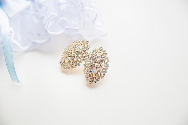 Mooie bruiloft gouden oorbellen mode stijlvol elegant Premium Foto