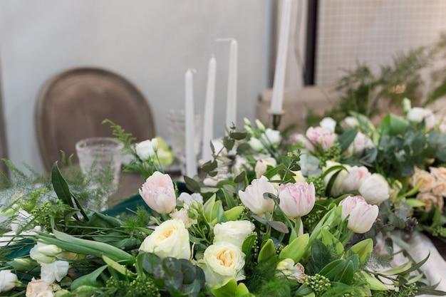 Mooie bruiloft tabel en bruiloft decor met bestek in bruine en groene tinten Premium Foto