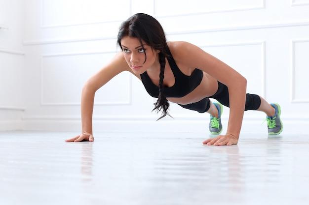 Mooie brunette die oefening doet Gratis Foto