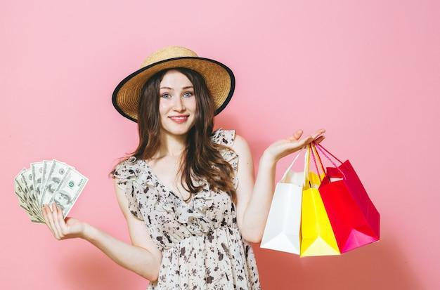 Mooie brunette meid blij over roze Premium Foto