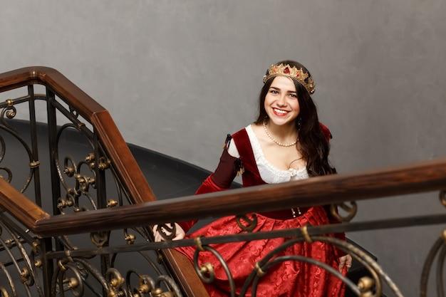 Mooie brunette meisje in prinses kostuum Premium Foto