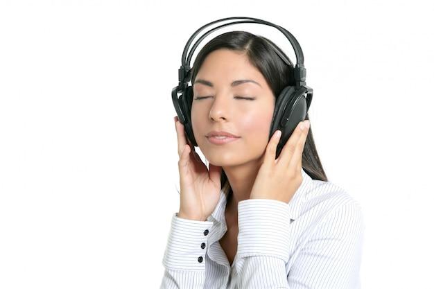 Mooie brunette zakenvrouw horen muziek Premium Foto