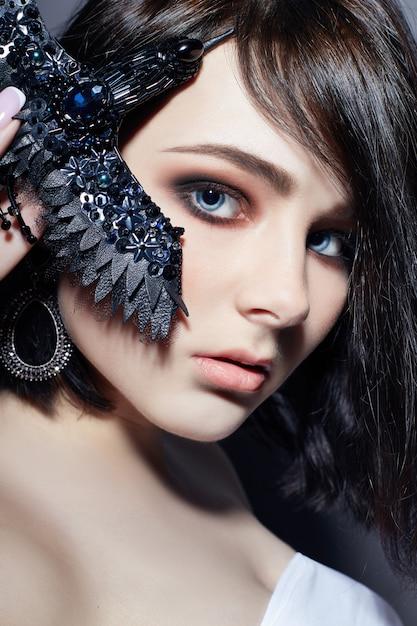 Mooie brunette zwarte zwarte broche van meisjes grote blauwe ogen Premium Foto