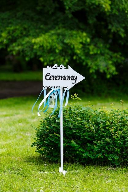 Mooie buiten huwelijksceremonie in het park Premium Foto