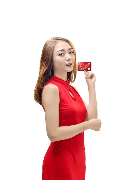 Mooie chinese vrouw met traditionele kleding die haar creditcard toont Premium Foto