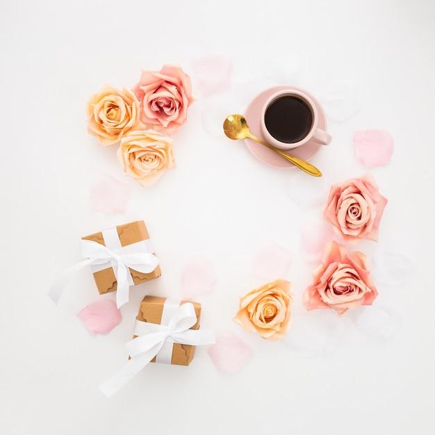 Mooie circulaire compositie met romantische elementen Gratis Foto