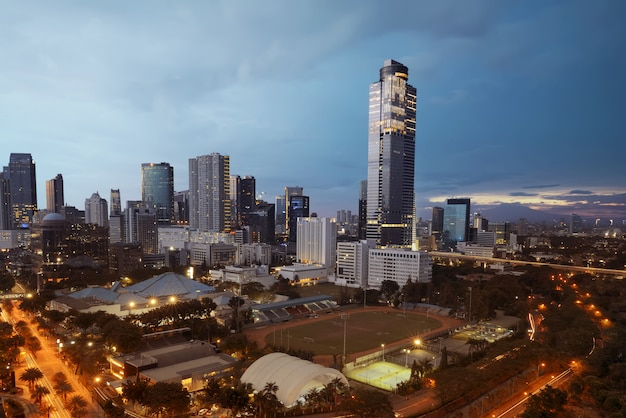 Mooie cityscape horizon met footbal minivoetbal Premium Foto