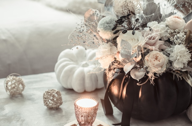 Mooie compositie van bloemen in het interieur van de kamer Gratis Foto