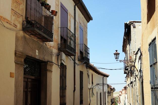 Mooie dagfoto van een smal straatje en korte gebouwen Gratis Foto