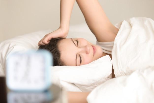 Mooie dame die positief na goed goede slaap voelt Gratis Foto