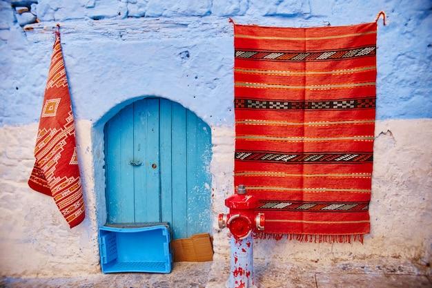 Mooie diverse set blauwe deuren van de blauwe stad chefchaouen in marokko. de straten van de stad zijn blauw geverfd in verschillende tinten. fantastische blauwe stad Premium Foto