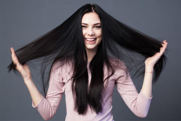 Mooie donkerbruine vrouw met lang haar Premium Foto