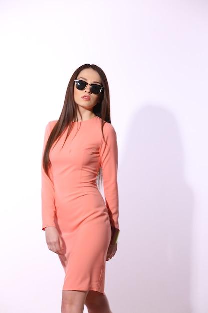 Mooie donkerbruine vrouw met zonnebril en het lange haar stellen Premium Foto