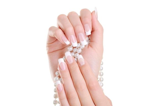 Mooie elegante vrouwelijke hand met schoonheid franse manicure over Gratis Foto