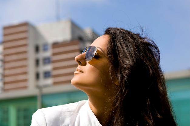 Mooie en aantrekkelijke vrouw in de straat Gratis Foto