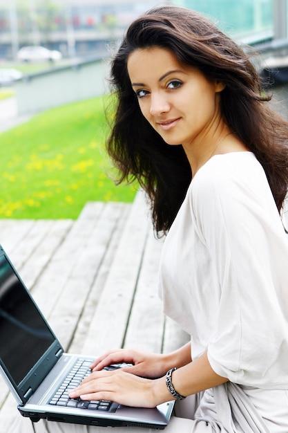 Mooie en aantrekkelijke vrouw in park Gratis Foto