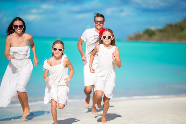 Mooie en gelukkige familie op het strand Premium Foto