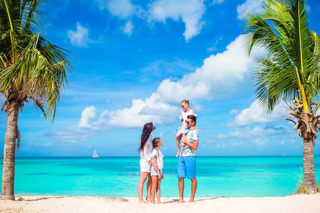 Mooie en gelukkige familie op wit strand plezier Premium Foto