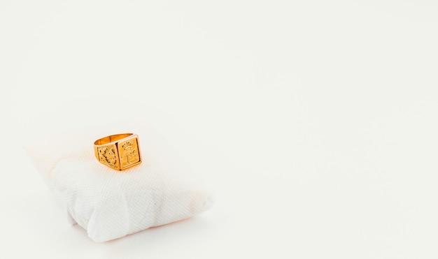 Mooie en grote gouden ring Premium Foto