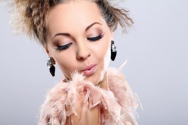 Mooie en heel schattige vrouw met grote oorbellen Gratis Foto