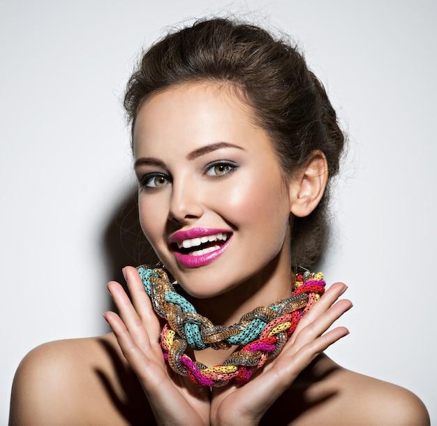 Mooie expressieve vrouw met heldere sieraden en schoonheid mode foto Gratis Foto