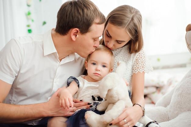 Mooie familie glimlachen en lachen, die zich voordeed op camera Premium Foto