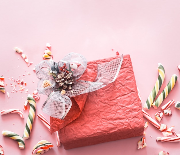 Mooie feestelijke geschenkdoos met diverse kleurrijke snoepjes Gratis Foto