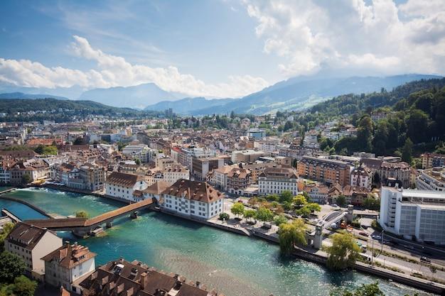 Mooie foto van de rivier door de stad luzern in zwitserland en de berg pilatus Premium Foto