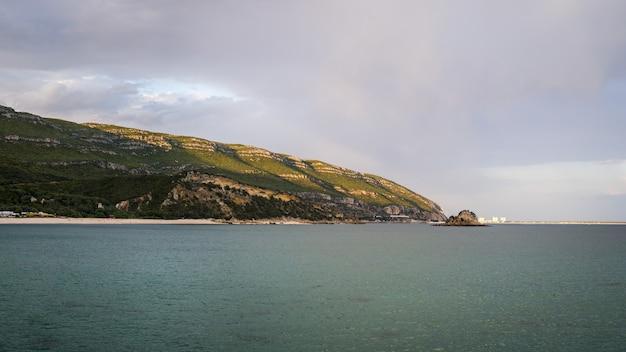 Mooie foto van een kust in natuurpark arrabida Gratis Foto