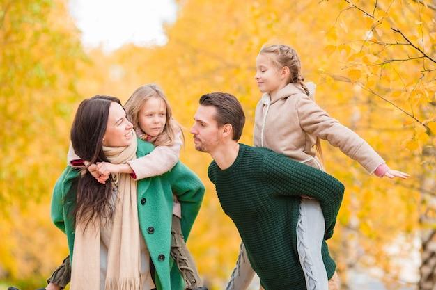 Mooie gelukkige familie in herfstdag buitenshuis Premium Foto