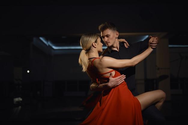 Mooie gepassioneerde dansers dansen Gratis Foto
